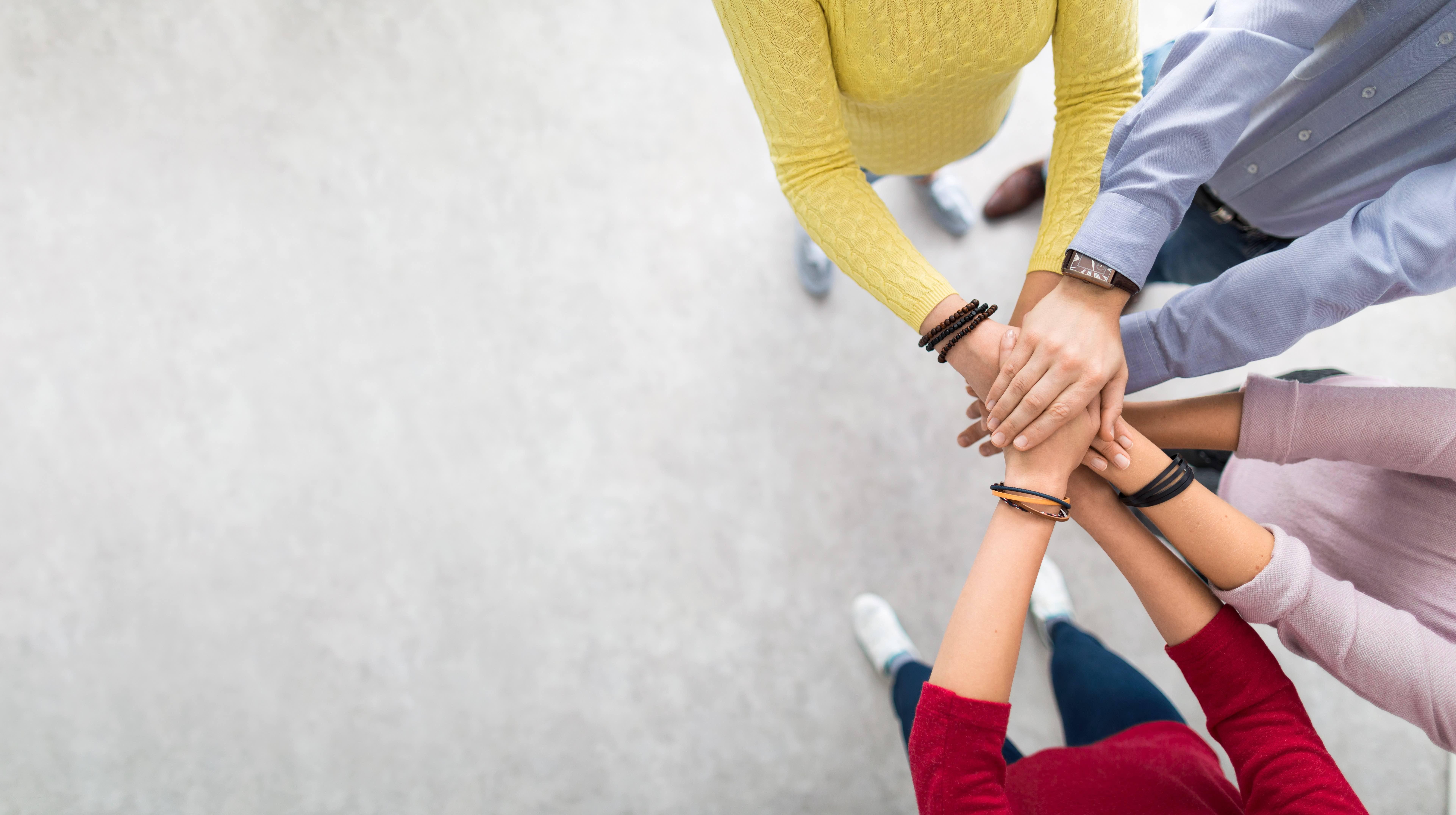 Bilde av personer som holder hender-2